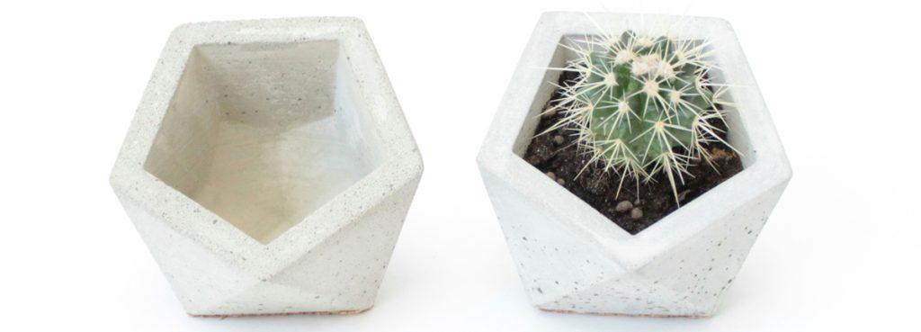 Betónový kvetináčik v tvare icosahedronu s výrezom v tvare šesťhranu, 9,5 × 9,5 cm, 12 €, www.sashe.sk/luloface