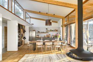 Jednopodlažný dom pri lese. Od cesty nenápadný, a potom omráči efektným dizajnom