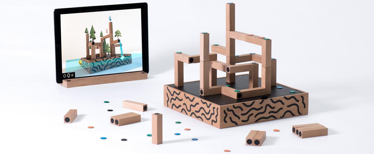 Koncept interaktívnej hry Koski – spojenie digitálneho sveta hier s tradičnými stolovými hrami. Hráč ovláda hru na displeji inteligentného zariadenia pomocou fyzických blokov