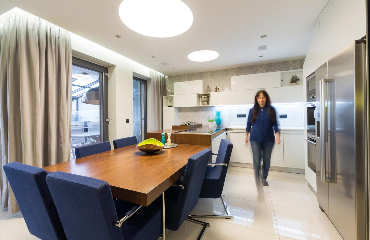 Biela kuchyňa spojená s jedálňou