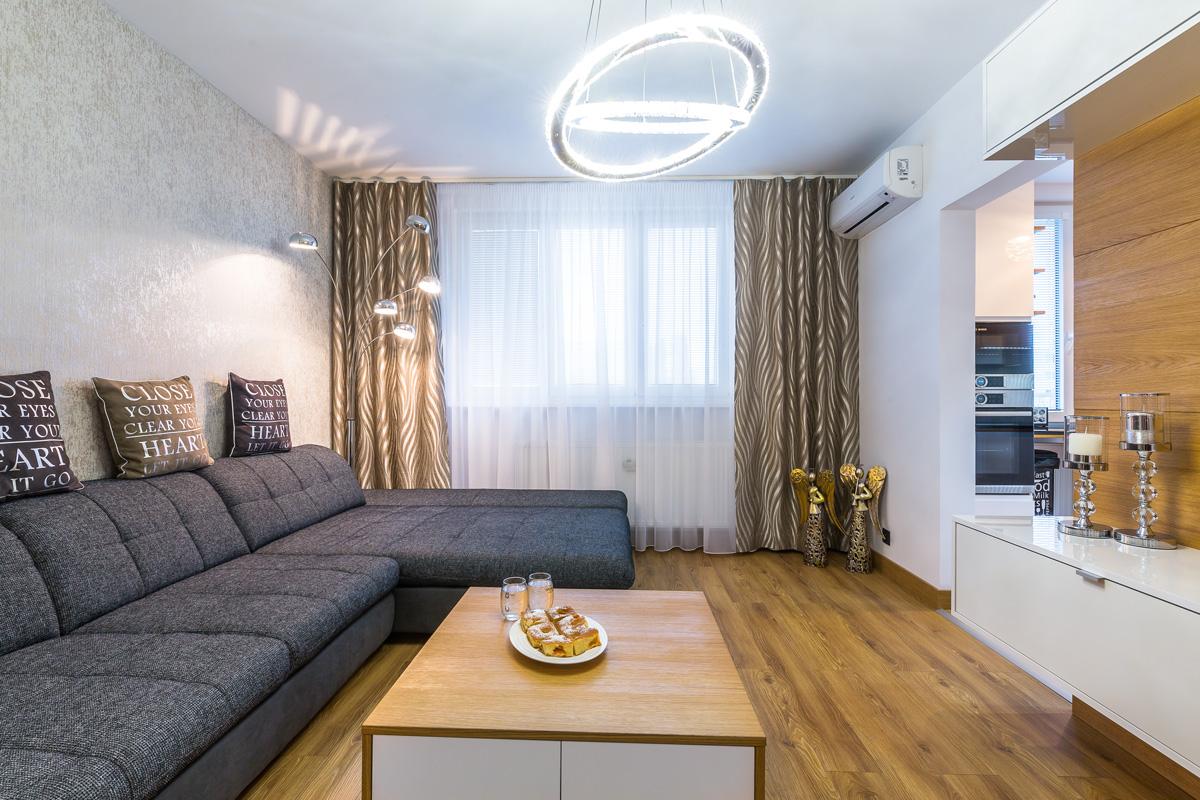 Obývačka so závesmi.
