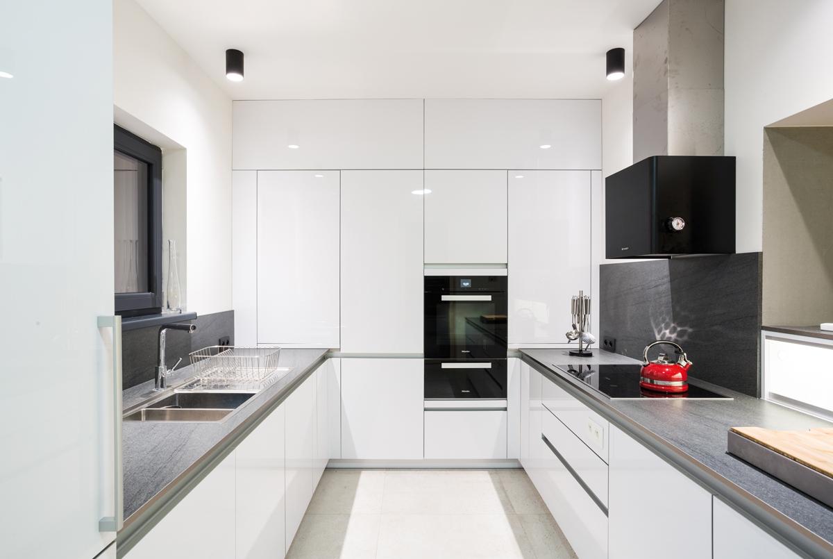 Kuchyňa s bielou kuchynskou linkou
