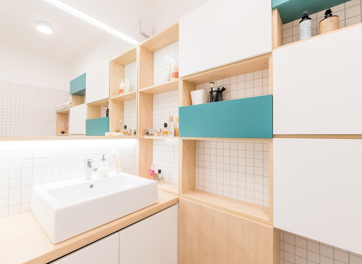 Biele obklady v kúpelni