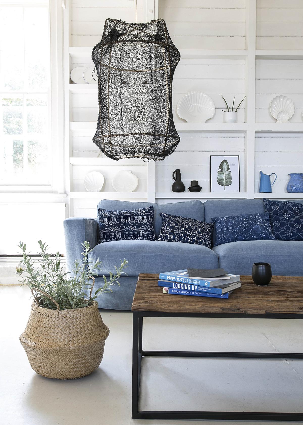 Modrá sedačka a prírodné doplnky