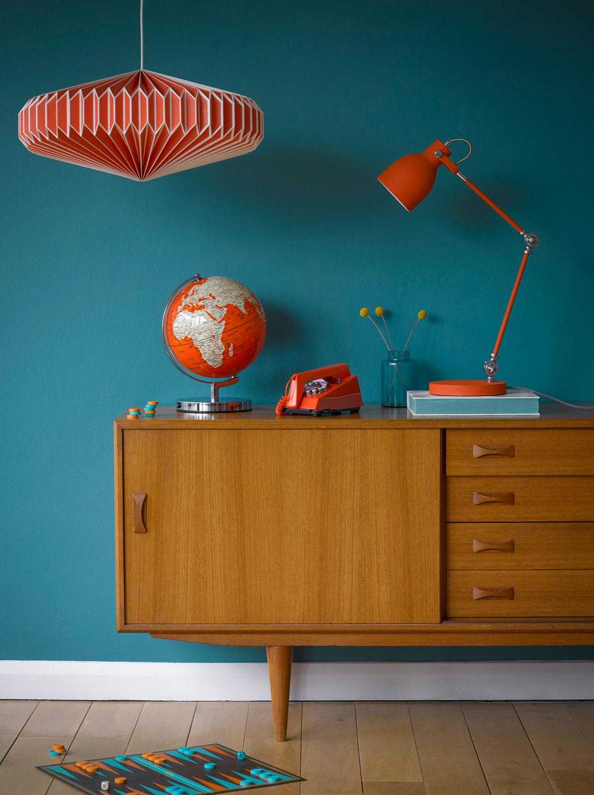 Retro nábytok s modrou stenou