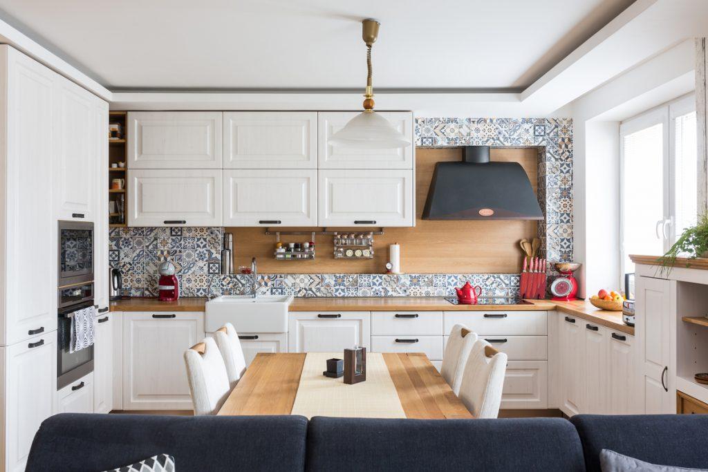 Bývanie na mieru s prvkami prírodného duba a marockým obkladom