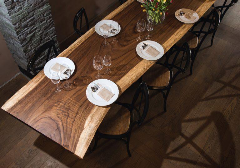 Umenie, ktoré sa rodí v sliačskej dielni: Stoly vyrobené z exotického dreva