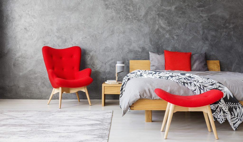 červená v interiéri