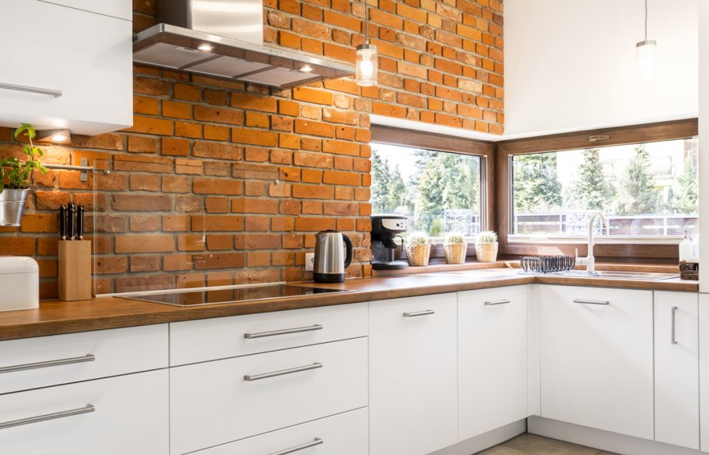 tehlová zástena v kuchyni