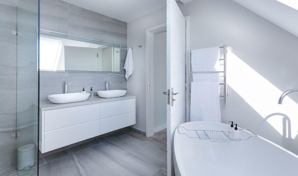 Moderná elegancia: Doplnky do minimalistickej kúpeľne
