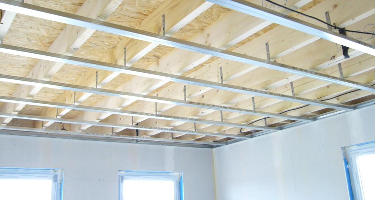 Drevený strop soceľovou konštrukciou