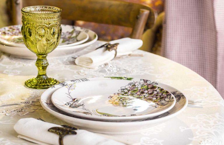 Rozkvitnuté taniere: Kvetinové motívy pre farebnejší domov