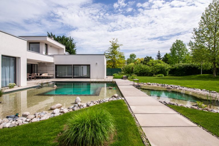 350 m² neutrálnosti, nadčasovosti a vkusu. Navštívte s nami moderný minimalistický dom