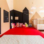 detská izba s maľovkou motívu hôr a domčekom namaľovaným tabuľovou farbou