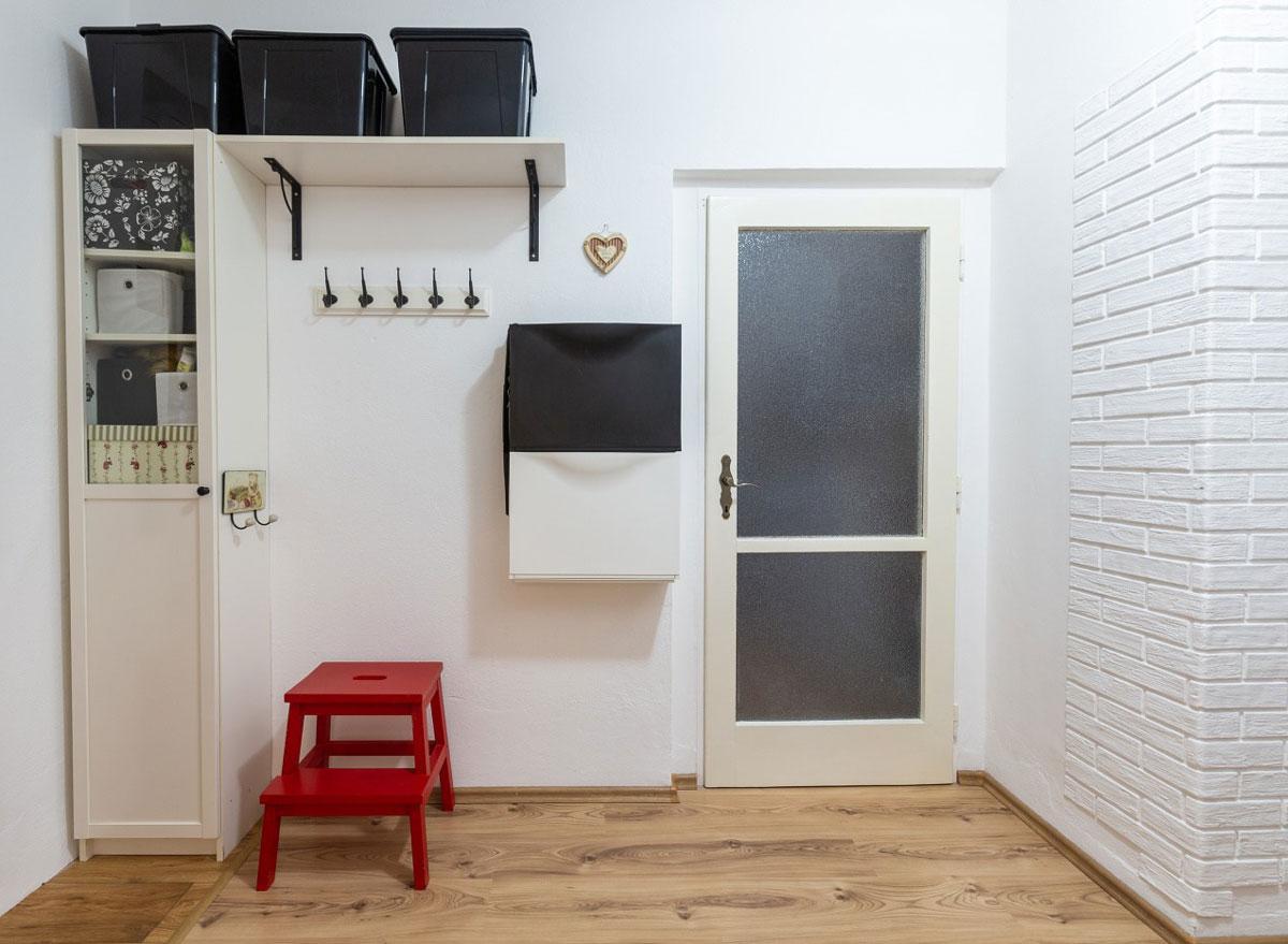 Obývačka s presklenými dverami.