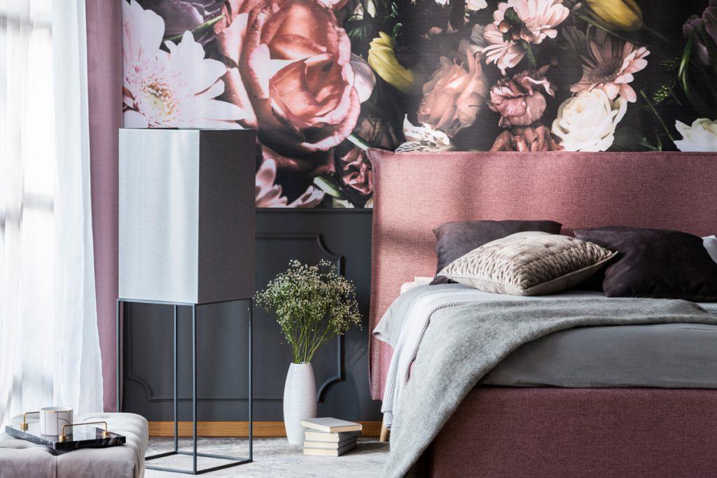 9 spôsobov, ako si oživiť interiér aj starý nábytok tapetami