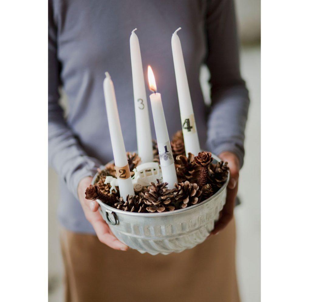 Adventný veniec so sviečkami vo forme na pečenie naplnenej šiškami