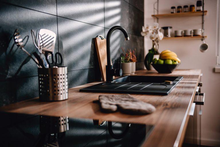 Celkovú náladu v kuchyni dokážu udávať aj farby