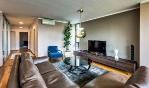 Tento luxusný byt si navrhol majiteľ sám. Dominujú v ňom prvky z talianskeho trhu a kráľovská modrá