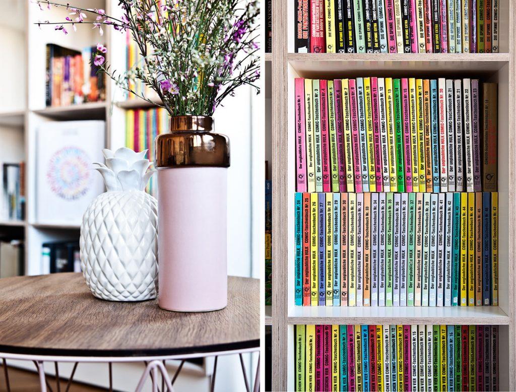 váza a knižnica s komixami