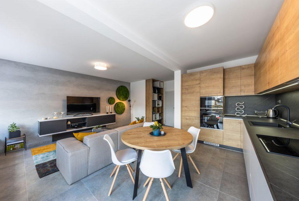 prepojená obývačka s kuchyňou