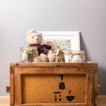 drevená debnička s dekoráciami