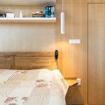 spálňa s dreveným obkladom so zabudovanými dverami