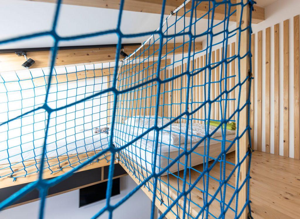 bezpečnostná sieť v interiéri na poschodí