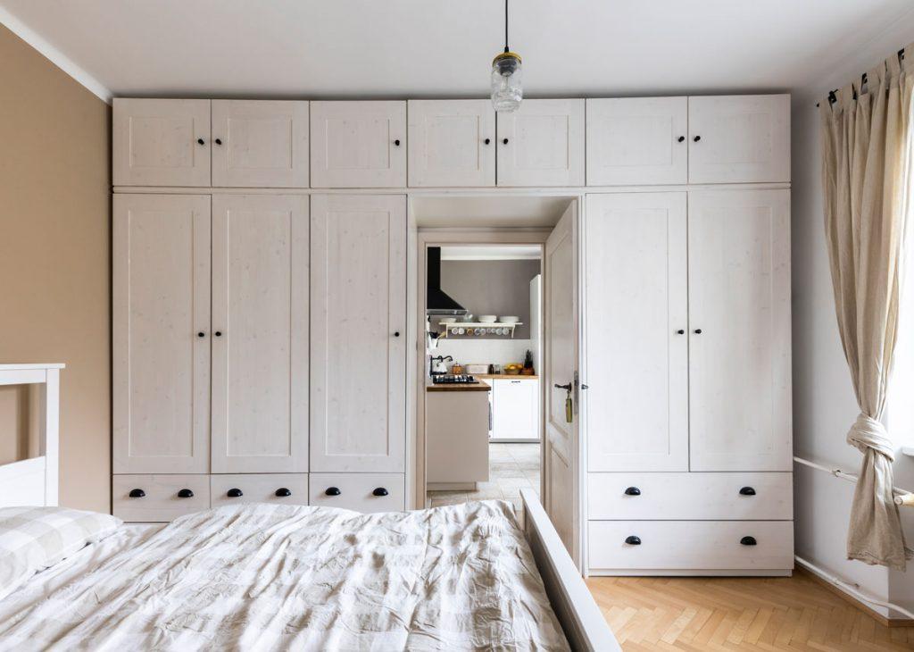 úložné priestory pozdĺž steny v spálni