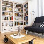 obývačka v škandinávskom štýle, s industriálnym stolíkom na kolieskach a knižnicou