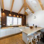 kuchyňa s priznanými drevenými trámami