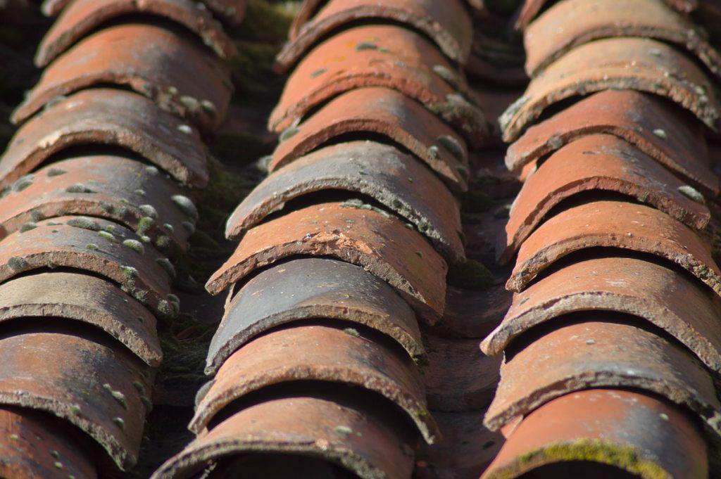 uvoľnené škridly na streche