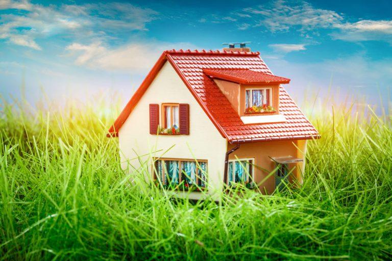 Ploché alebo šikmé zastrešenie domu? Na tvare záleží!