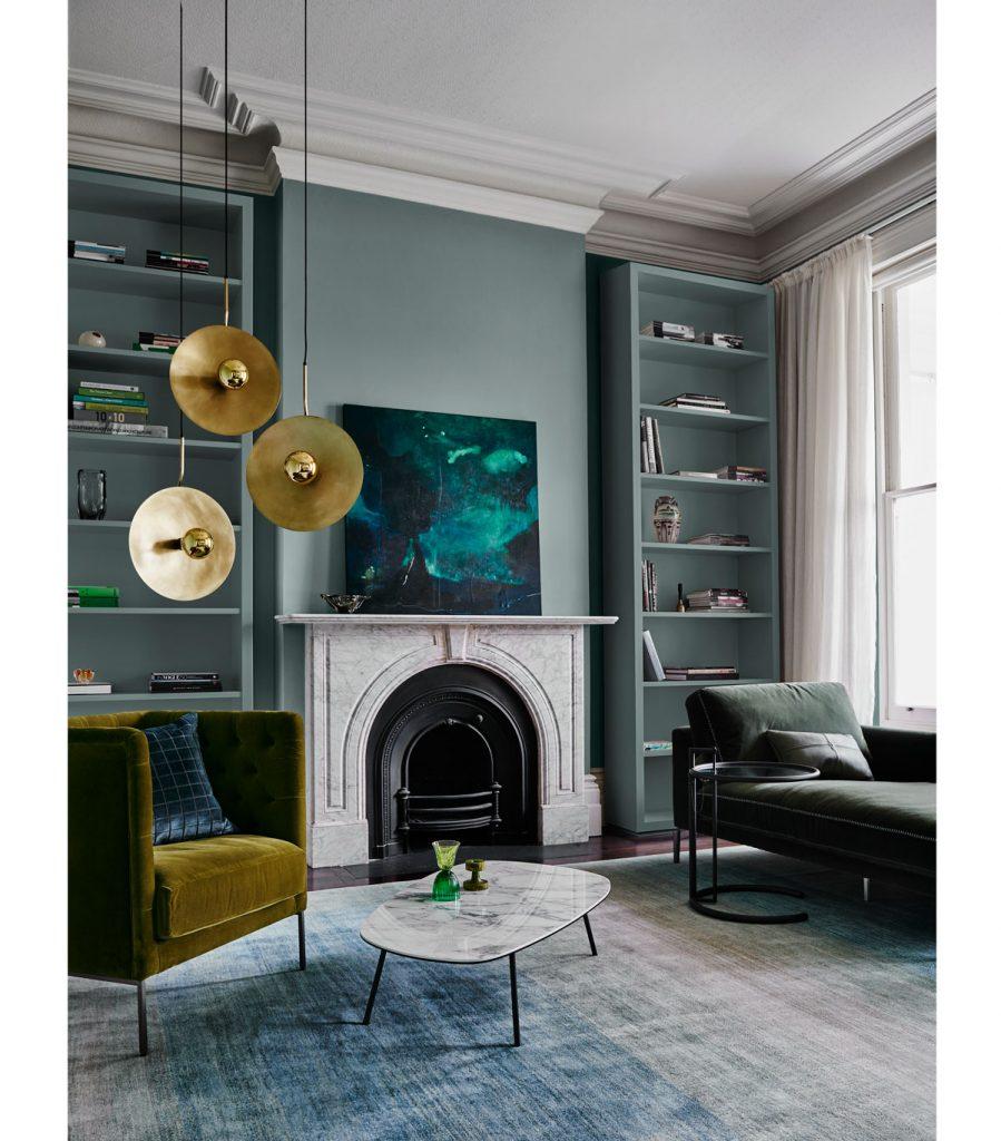 elegantný interiér v tmavých odtieňoch s výraznými metalickými lustrami