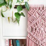 ružová závesná makramé dekorácia pripletená na drevo