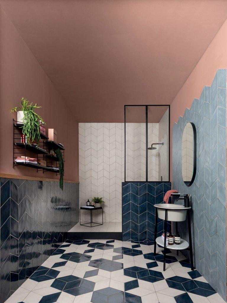 kúpeľňa s farebnými, vzorovanými obkladmi a dlažbou