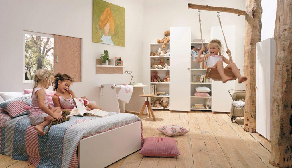 detská izba s drevenou podlahou, posteľou, úložným priestorom a hojdačkou