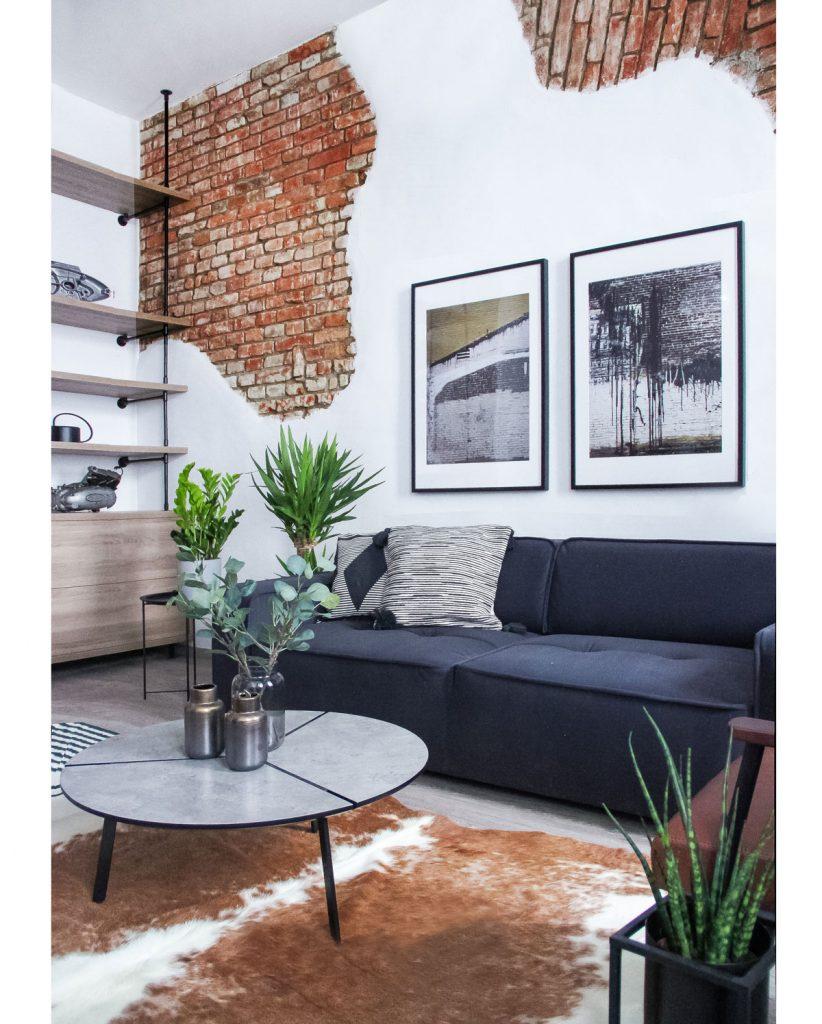 Apartmán odkazujúci zariadením na Grand Prix s odhalenými tehlovými stenami a dekoráciami odkazujúcimi na súčiastky motoriek. Interiér je ladený do industriálneho štýlu.
