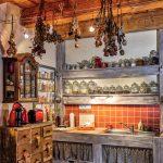 vidiecka kuchyňa s historickým nábytkom v Apartmánoch na Trojici