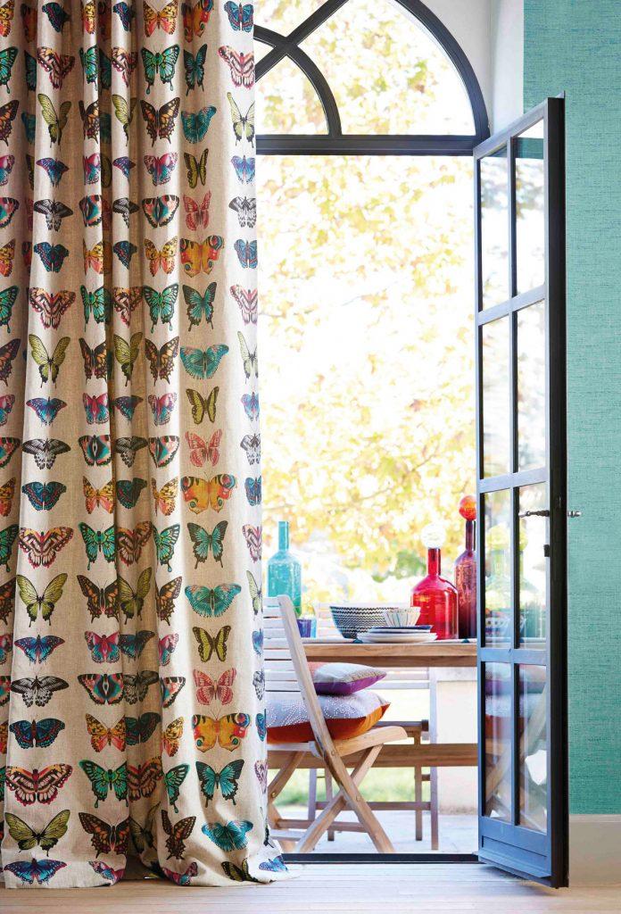 záves so vzorom motýľov