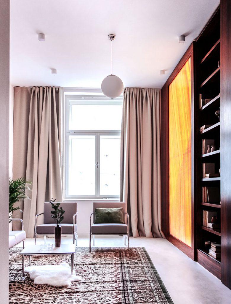 apartmán v reštaurácii U Tomana s nábytkom z ebenového dreva a z ohýbaných kovových rúrok a vzorovaným kobercom