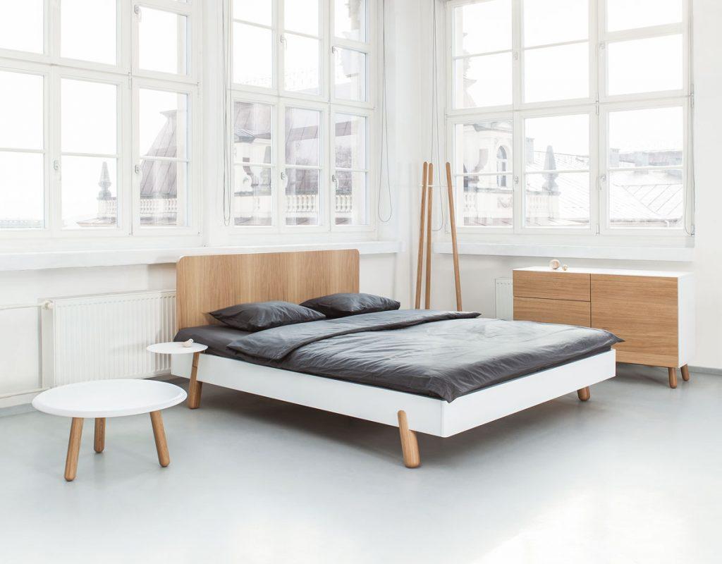 posteľ Jitona so stolíkom, vešiakom a komodou od dizajnérov Romana Vrtišku a Vladimíra Žáka