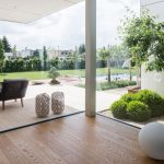 prepojenie moderného interiéru rodinného domu so záhradou vďaka skleneným stenám