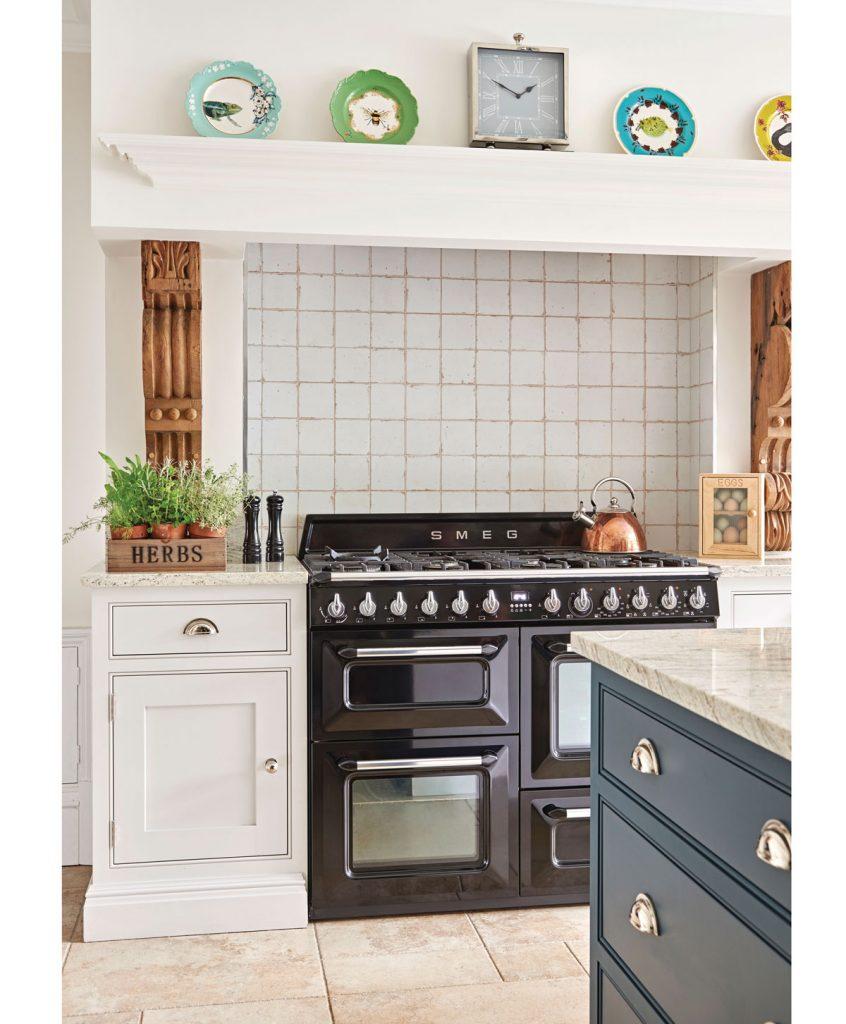 modrobiela kuchyňa s bylinkami v kvetináči