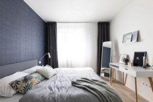 spálňa v severskom štýle s výraznou čiernou stenou za čelom postele