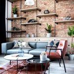 industriálny interiér s tehlovou stenou, zvieracou kožou, červeno-hnedou a čiernou farebnou kombináciou na nábytku