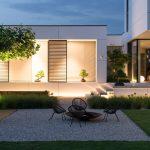 minimalistická záhrada pri modernom rodinnom dome s ohniskom a záhradným sedením umiestneným na štrkovej ploche