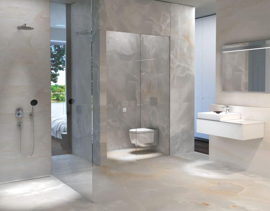 elegantná kúpeľňa s obkladmi a dlažbou v sivom prevedení