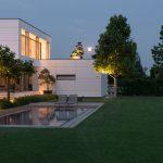 podsvietený moderný rodinný dom s minimalistickou záhradou a bazénom