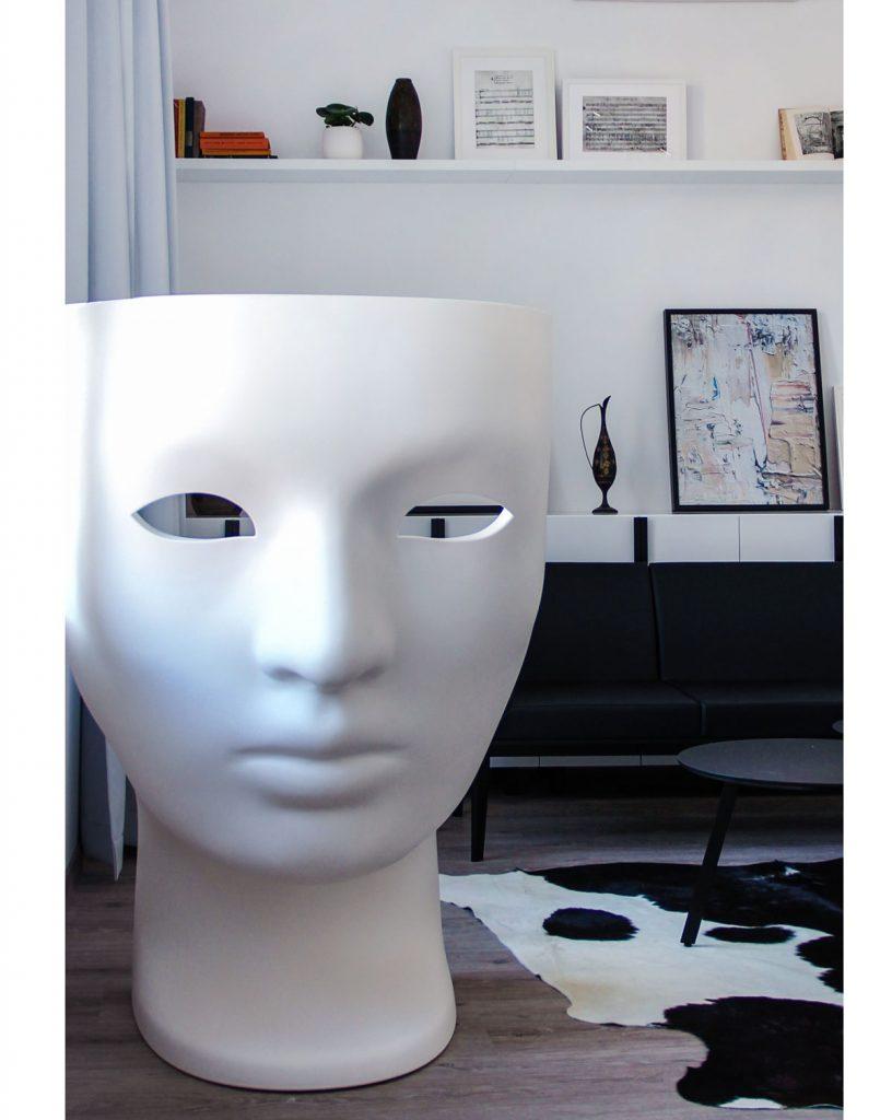 čierno-biely interiér s výrazným dizajnérskym plastovým kreslom s tvárou Nemo